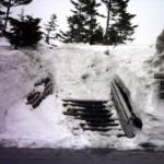 雪に埋もれた階段